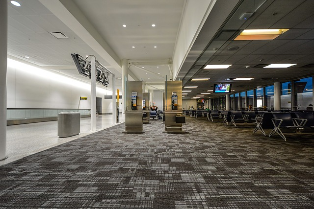 空港の整然とした待合室