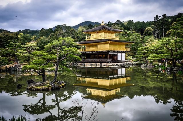 日本の有名な庭園「金閣寺」とその風景