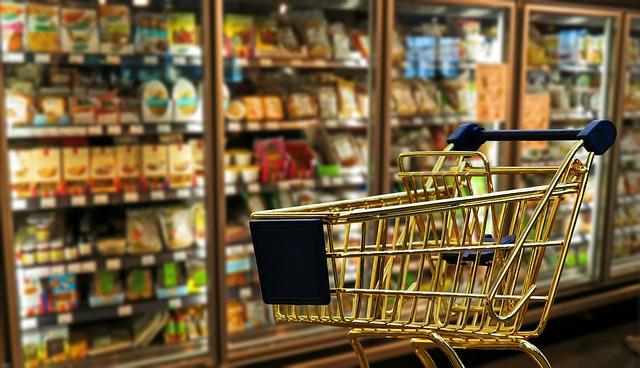 飲食品売り場と買い物籠