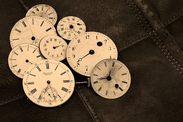 複数の時計の盤面が纏まっておかれている