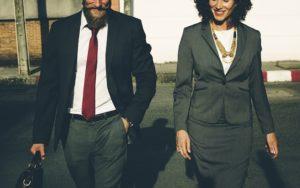 スーツを着て歩く男性と女性