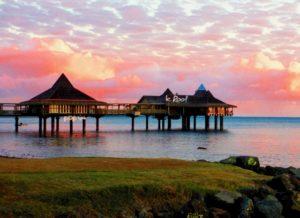 ニューカレドニアの水上レストランと夕焼け