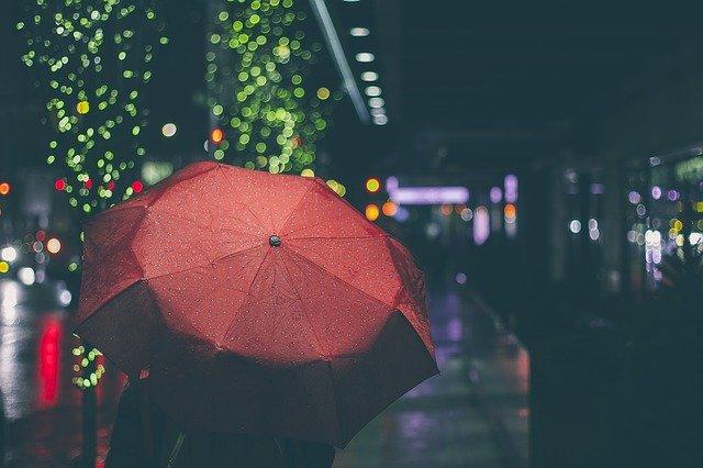 雨の中傘をさす